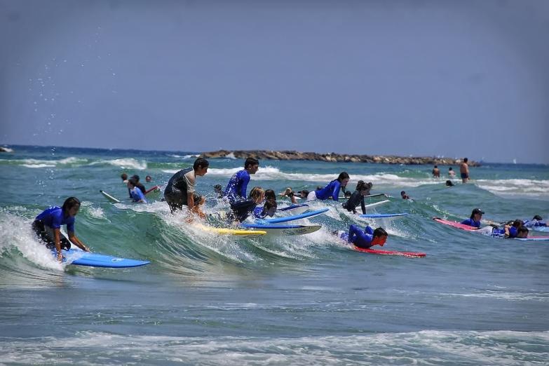 Серфинг на пляже в Тель-Авиве