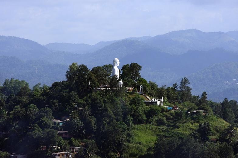 Статуя Будды на холме