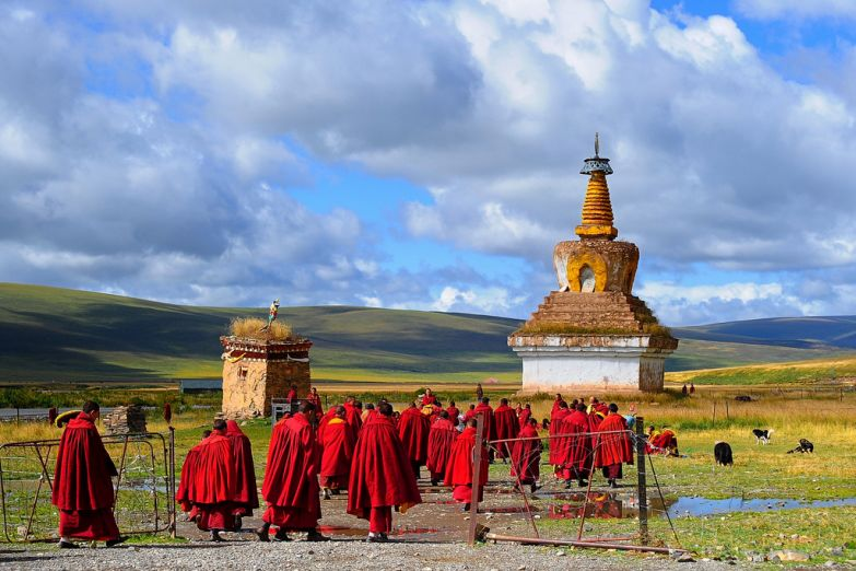 Монахи по дороге к храму