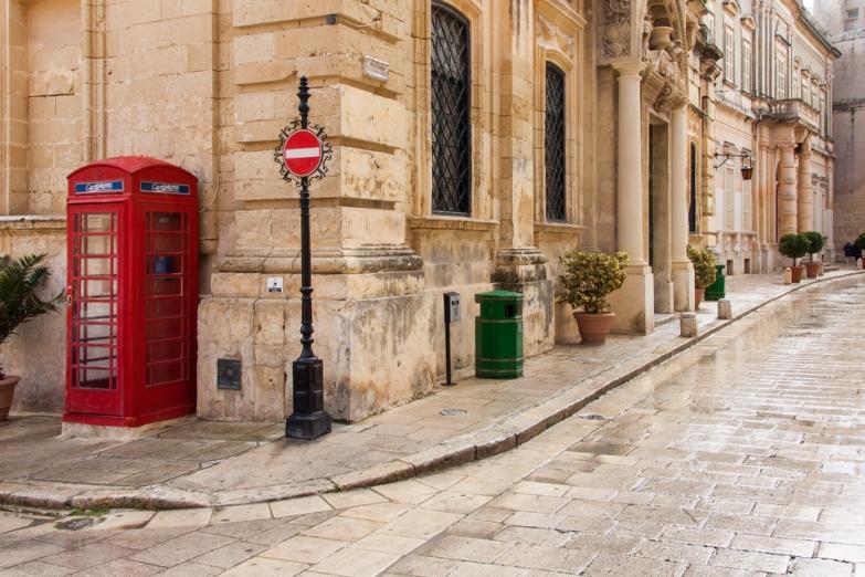 Красные телефонные будки напоминают об Англии