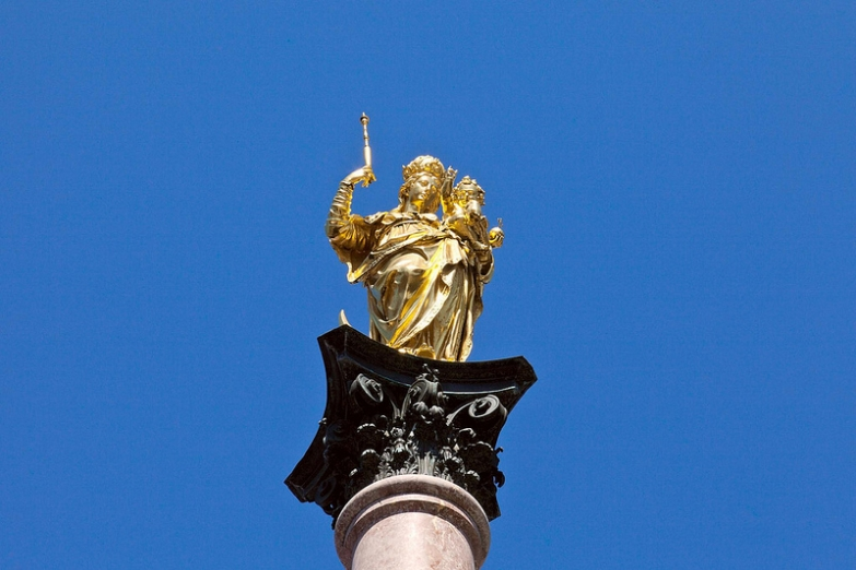 Скульптура Мариензойле на главной площади Мариенплац