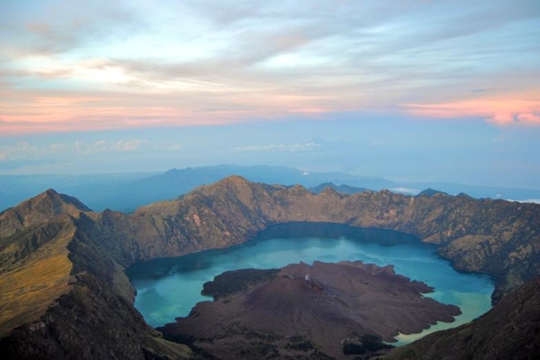 Кратер вулкана Ринджани
