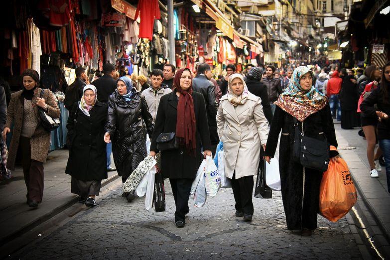 Женщины на рынке в Стамбуле