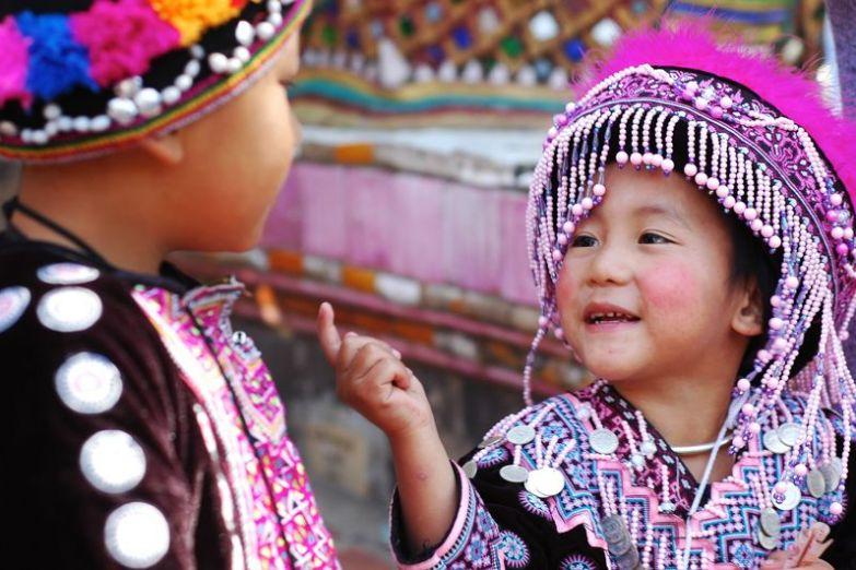 Играющие дети в национальных костюмах, Чианг Маи