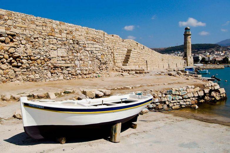 Лодка возле пирса в Ретимно