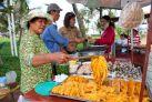 Торговец морепродуктами возле набережной в Вунгтау