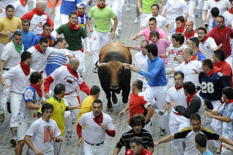 Фиеста в Памплоне, бег от 12 разъяренных быков