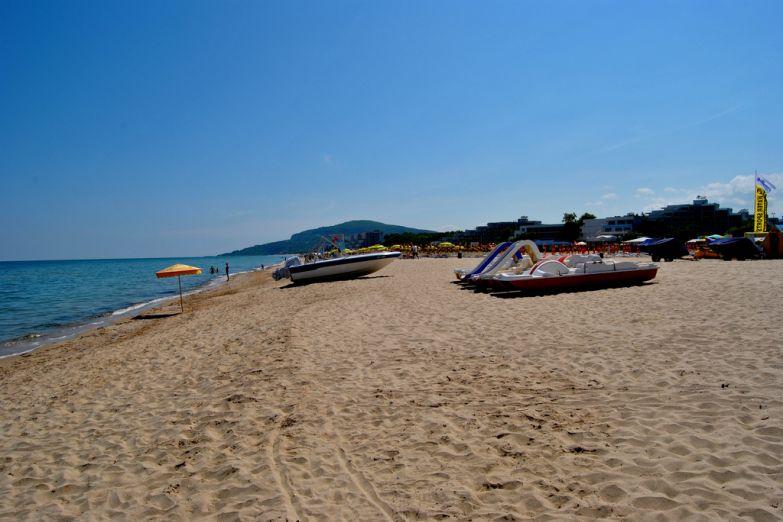 Катамаран на пляже в Албене