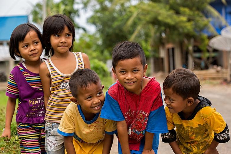 Счастливые лица индонезийских детей