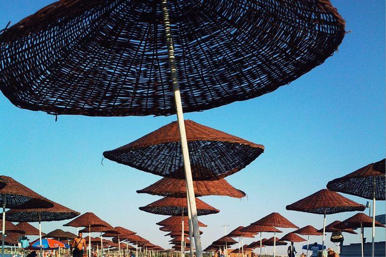 Зонтики на пляже Фамагусты