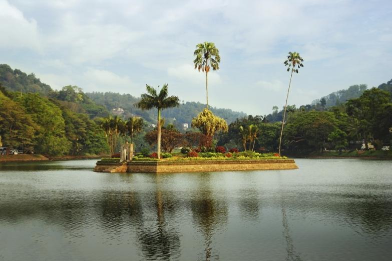 Остров на озере Канди