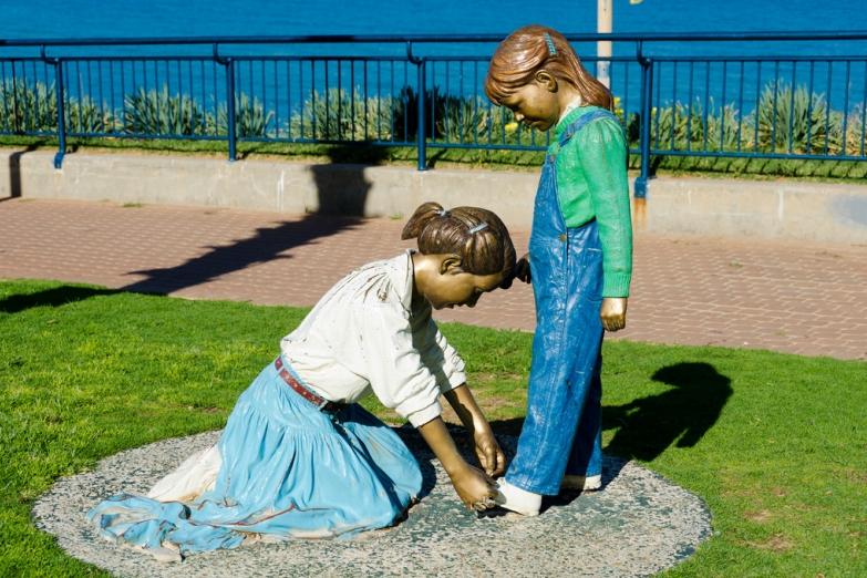 Скульптура на городской набережной