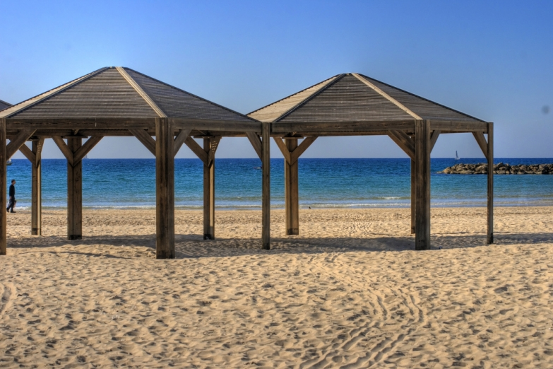 Пустынный пляж в Тель-Авиве