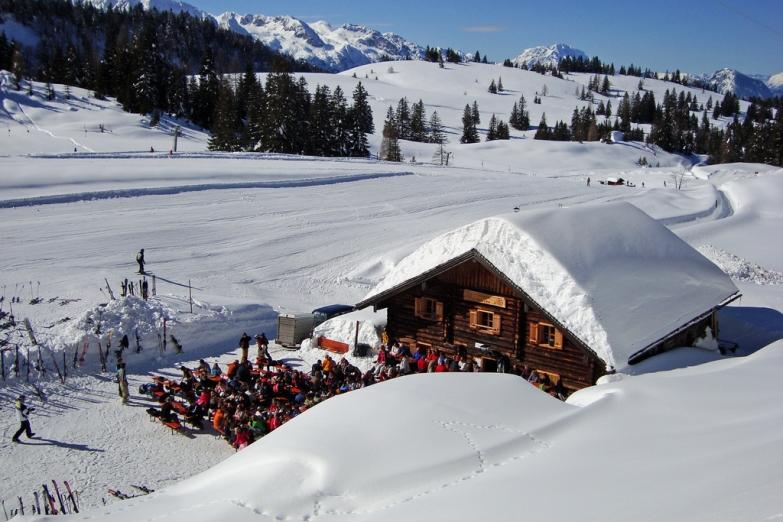 Лыжники на отдыхе в кафе