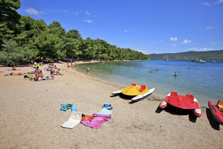 Пляж у города Солин