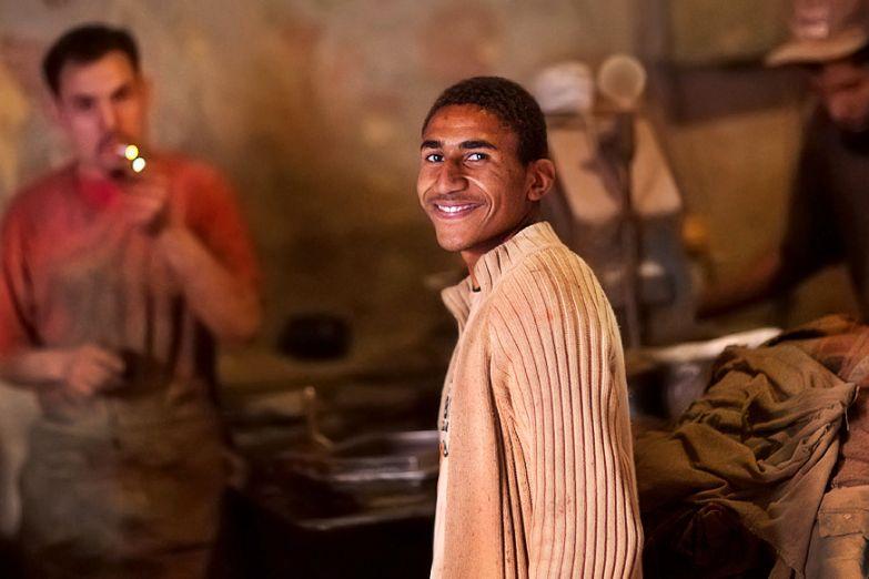 Молодой марокканец в ремесленной лавке