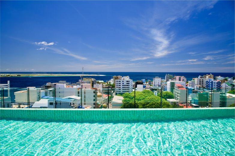 Вид на Мале из бассейна на крыше отеля