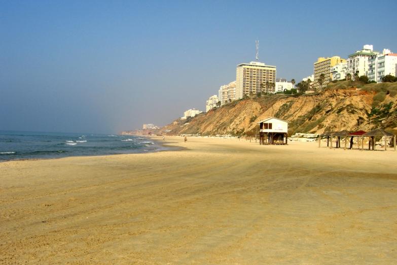 Пустынный пляж в Нетании