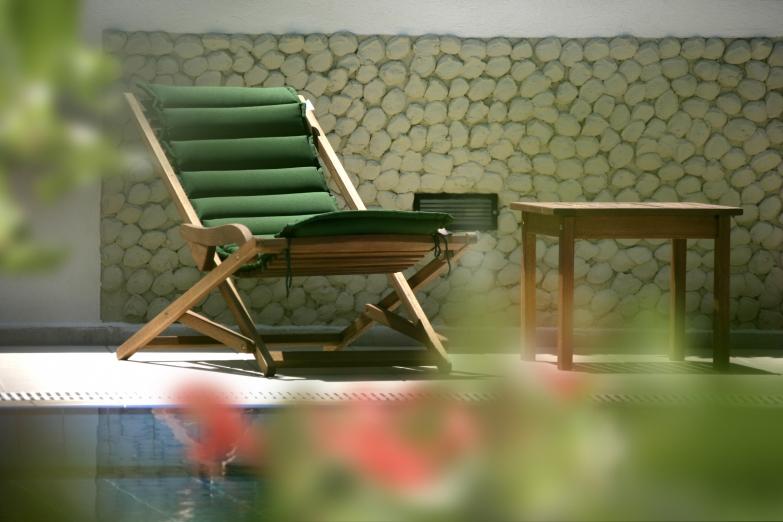 Лежак у бассейна