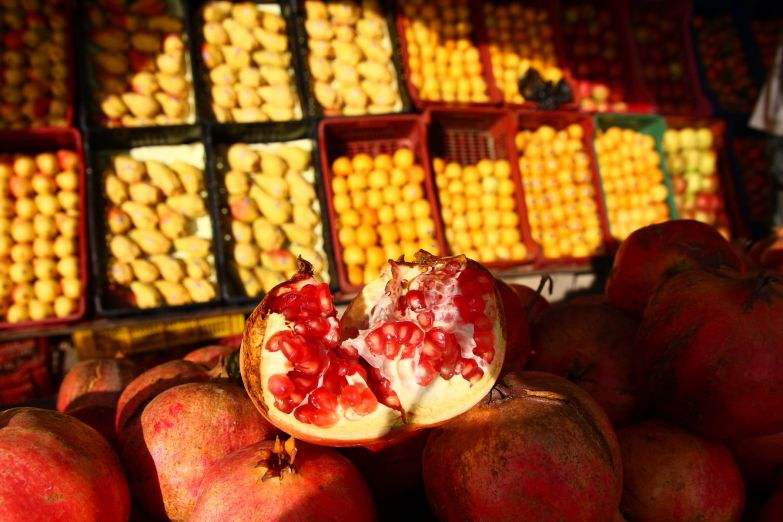 Спелые гранаты на фруктовом рынке