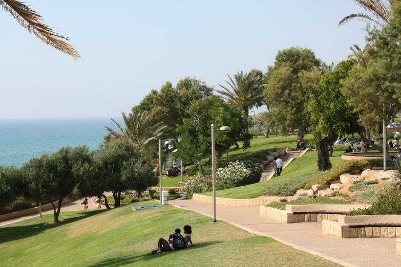 Парк на городской набережной
