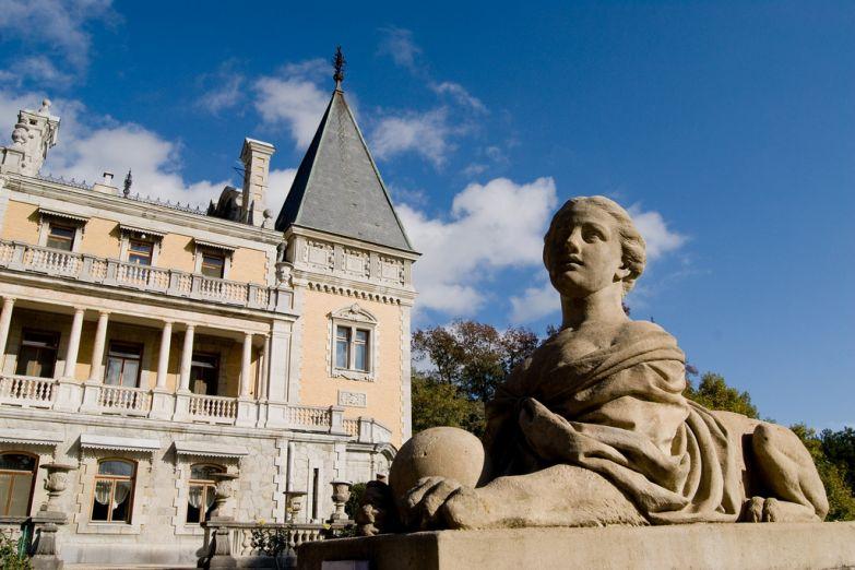 Массандровский дворец и его очаровательный страж