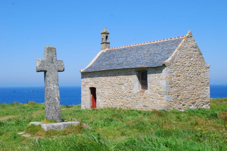 Небольшая церквушка на берегу
