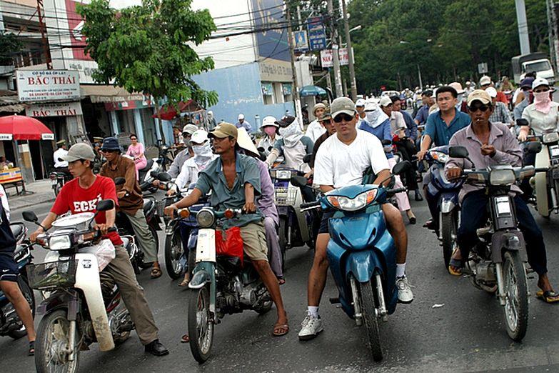 Мотоциклисты на светофоре в Хошимине