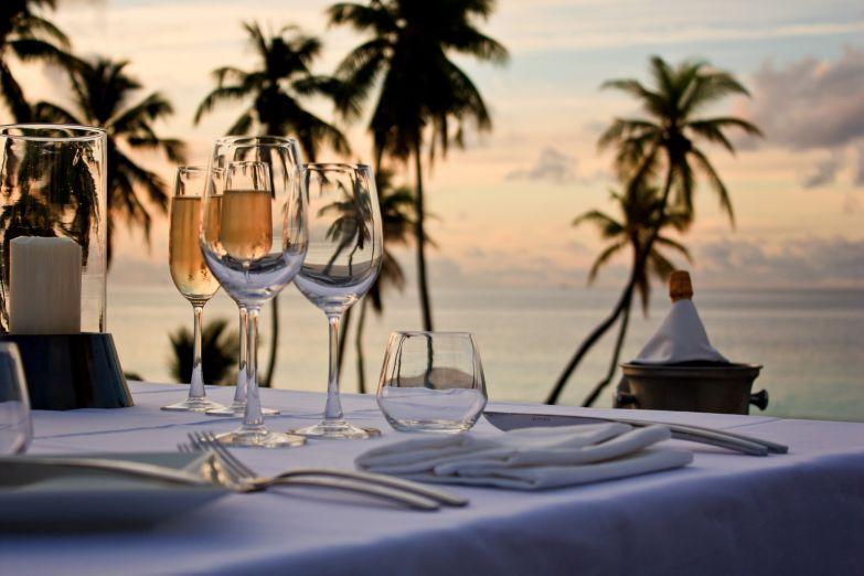 Романтический ужин у кромки прибоя