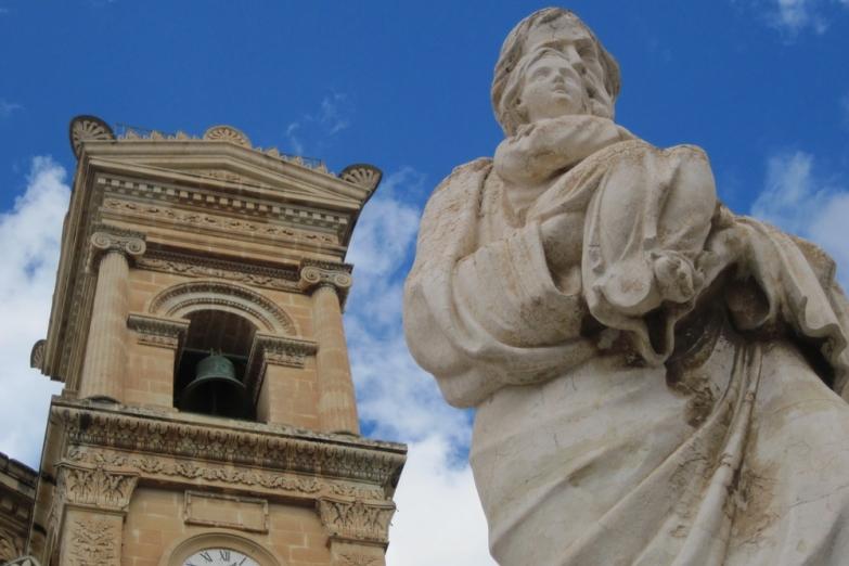 Статуя перед Ротондой Успения Богородицы в Мосте