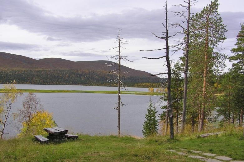 Озеро в Национальном парке Паллас-Юллястунтури рядом с курортом Паллас