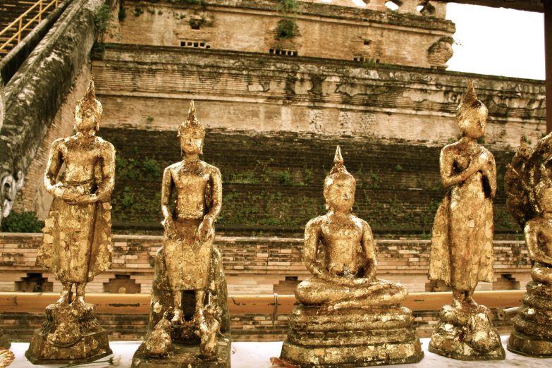 Будды, покрытые золотой фольгой у храма Королевской Ступы