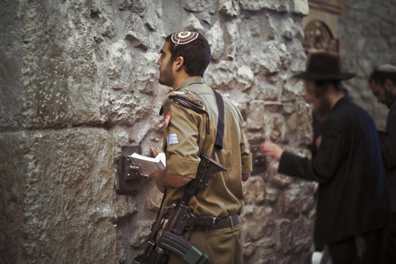 Молящийся солдат у Стены Плача