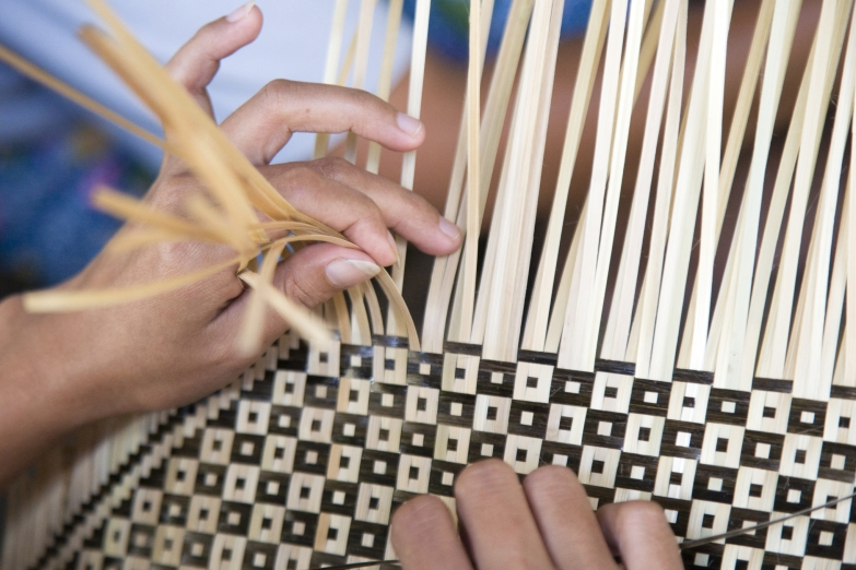 Плетение бамбуковой циновки