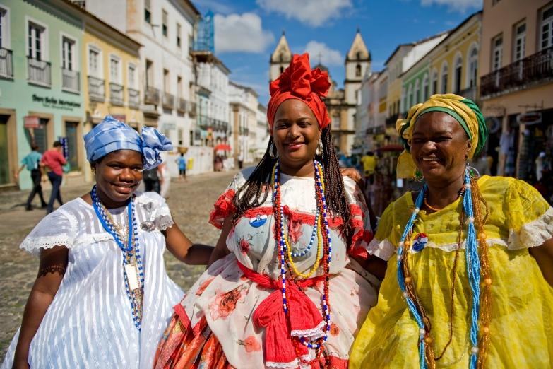 Женщины в традиционных нарядах Байи
