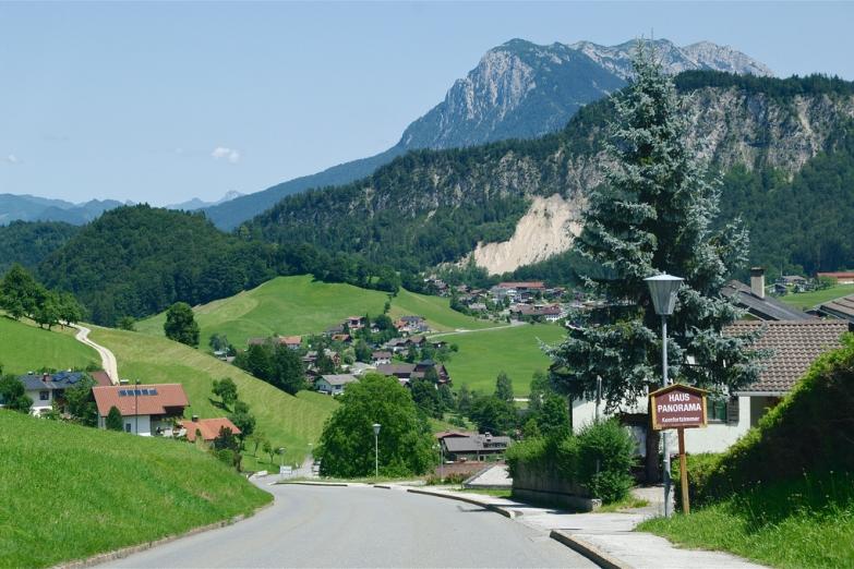 Небольшой поселок в горах