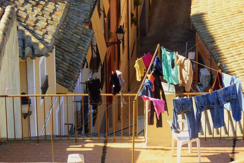 Испанцы сушат белье на улицах