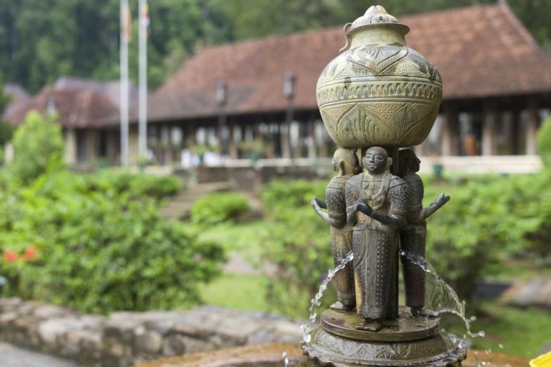 Фонтан в храме Зуба Будды