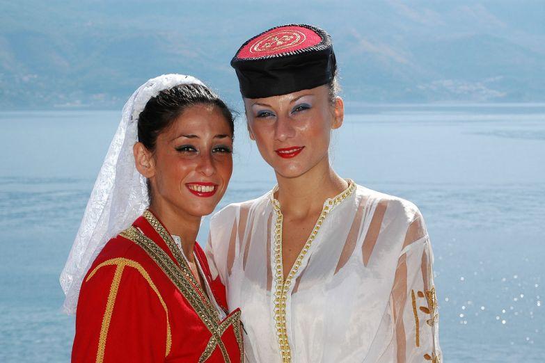Местные жительницы в национальных костюмах