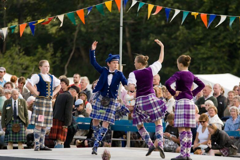 Дети исполняют традиционнае танцы