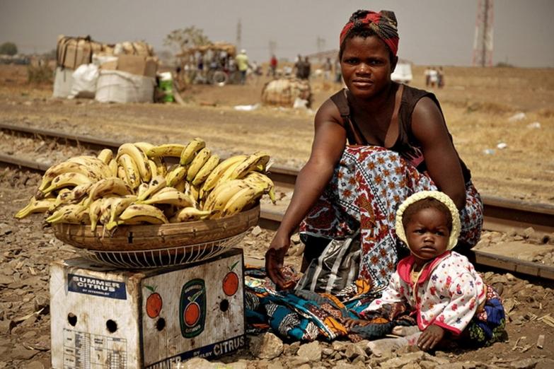 Молодая продавщица бананов