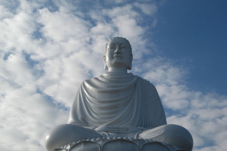 Статуя Будды перед пагодой Лонгшон
