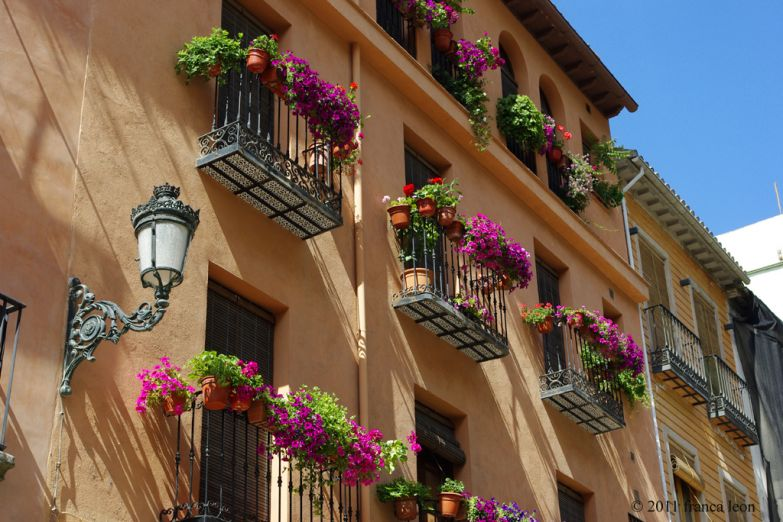 Украшенные цветами традиционные балкончики
