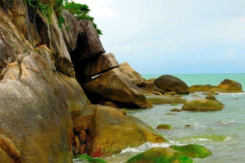Скалы у побережья острова