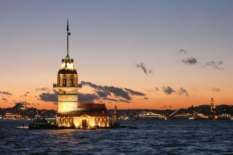 Морской маяк в проливе Босфор