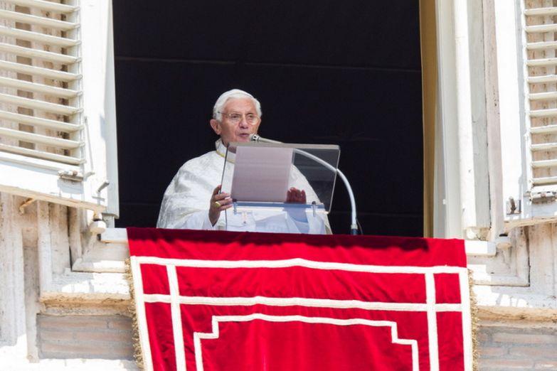 Папа Римский высупает перед верующими