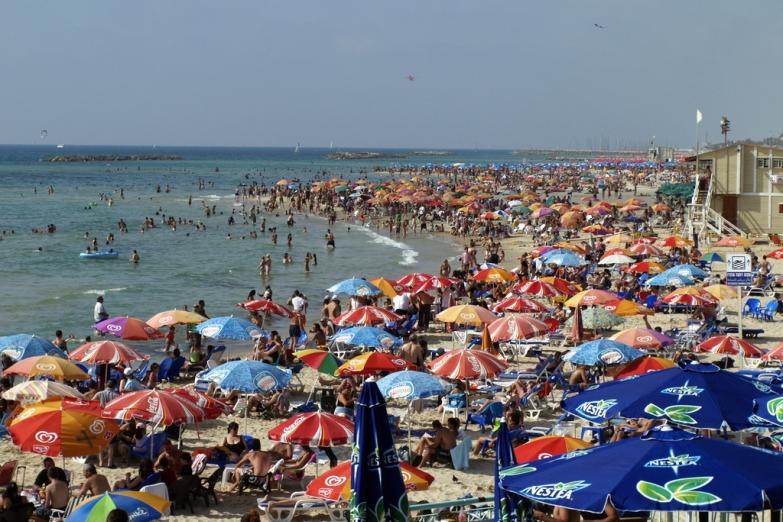 Пляж в Тель-Авиве в выходной день