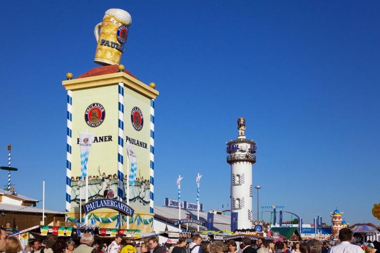 Пивные башни на празднике Октоберфест