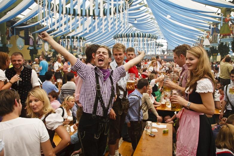 Веселье на празднике Октоберфест