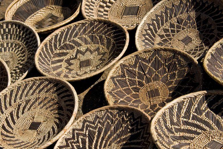 Традиционная плетенная корзина